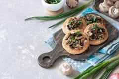 Flapjack mit Pilzen und sahniger Knoblauchsoße stockfoto