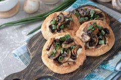 Flapjack mit Pilzen und sahniger Knoblauchsoße lizenzfreies stockfoto