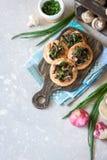 Flapjack mit Pilzen und sahniger Knoblauchso?e lizenzfreies stockfoto