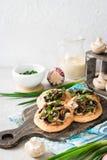 Flapjack mit Pilzen und sahniger Knoblauchso?e stockbild