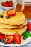 Flapjacks с ягодами на linen скатерти Стоковые Фото