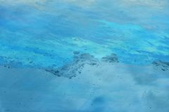 Flaque d'huile à l'arrière-plan de l'eau photographie stock