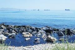 Flaque d'huile Catastrophe environnementale Île des salamis Photo libre de droits