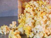 Flaque de maïs éclaté laissée Images stock