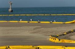 Flaque de pétrole sur la plage photographie stock