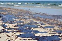 Flaque de pétrole sur la plage Images libres de droits