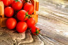 Flaque mûre rouge de tomates hors de boîte Vue rustique Photo libre de droits