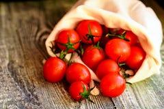 Flaque mûre rouge de tomates hors de sac Vue rustique Photographie stock libre de droits