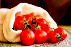 Flaque mûre rouge de tomates hors de sac Vue rustique Photos libres de droits