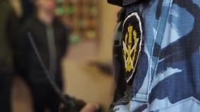 Flard met de woord` Wet ` op gevangenisambtenaar eenvormig in de cel, close-up stock videobeelden