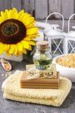 Flasche ätherisches Öl, Stangen der handgemachten Seife und weiches Tuch stockfoto