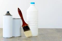 Flasche, Aerosol, Farbentopf und Bürste Stockfoto