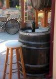 Flasche alter Wein auf einem Fass Lizenzfreie Stockfotos