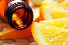 Flasche aromatisches Schmieröl und Orangen Stockfotos