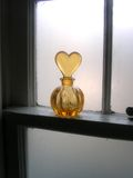 Flasche auf Fensterrahmen Lizenzfreies Stockfoto
