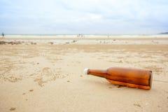 Flasche auf Strandmeer und -himmel vom Meer ausgespülte Flasche auf dem Strand lizenzfreie stockfotografie