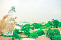 Flasche auf undeutlichem Hintergrund des Himmels und des Baums Lizenzfreies Stockbild