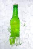 Flasche Bier auf Eis Stockfotos