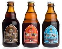 Flasche Bier des Belgiers Val Dieu Brune, dreifaches und blondes Stockfoto