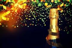 Flasche Champagner Abstraktes Hintergrundmuster der weißen Sterne auf dunkelroter Auslegung Stockfoto