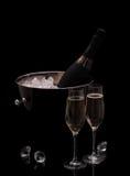 Flasche Champagner im Eimer lokalisiert mit deco Diamanten Lizenzfreies Stockfoto