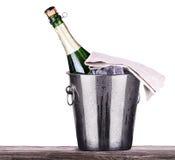 Flasche Champagner im Eiseimer Stockbilder