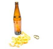 Flasche der Bier- und Kalmarringnahaufnahme stockbild