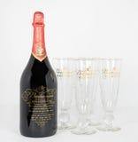 Flasche der Budweiser-Jahrtausend-begrenzten Ausgaben-1999 mit Gläsern Lizenzfreies Stockfoto