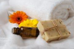 Flasche des Blumen-Wesentlichen und der rohen Seife Lizenzfreie Stockbilder