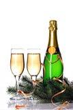 Flasche des Champagners, der Schleppseilgläser und des Tannenzweigs Lizenzfreie Stockfotografie