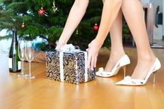 Flasche des Champagners und des Geschenks stockfotografie