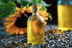 Flasche des frischen Sonnenblumenöles, der Samen und der Sonnenblume Lizenzfreies Stockfoto