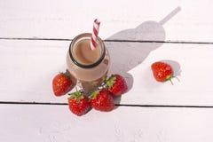 Flasche des gesunden Erdbeeresmoothie auf dem weißen Hintergrund Stockbilder