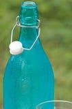 Flasche des kühlen Wassers Stockfoto