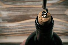 Flasche des Rotweinflaschenöffnerkorkenziehers stockbilder