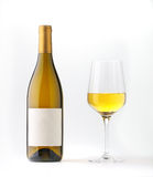 Flasche des weißen Weins mit unbelegtem Kennsatz und Wein goble Stockbild