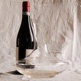Flasche des Weins und des Dekantiergefäßes Lizenzfreie Stockfotografie