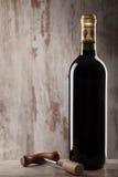 Flasche des Weins und des Korkenziehers Stockbilder