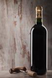 Flasche des Weins und des Korkenziehers Lizenzfreie Stockfotografie