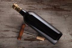 Flasche des Weins und des Korkenziehers Lizenzfreie Stockbilder