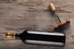 Flasche des Weins und des Korkenziehers Lizenzfreies Stockbild