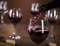Flasche, die das Glas des Weins füllt Lizenzfreie Stockfotos