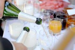 Flasche Fotos des Champagners in der Hand - des auf Lager Stockbild