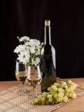 Flasche, Glas mit Wein und Kerze Lizenzfreie Stockfotos