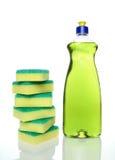 Flasche grüne Abwaschflüssigkeit und -schwämme Lizenzfreie Stockfotos
