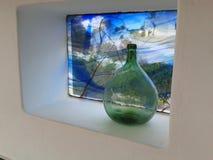Flasche innerhalb eines Fensters Lizenzfreie Stockbilder