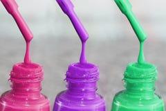 Flasche Lack für die Fingernägel Frauen ` s Acrylfarbe, Gelfarbe für Nägel Gummilackmischfarben für Fingernägel Stockbilder