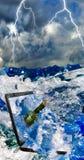 Flasche mit Buchstaben und Laptop im Meerwasserabschluß oben Stockfotografie