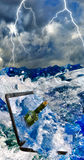 Flasche mit Buchstaben und Laptop im Meerwasserabschluß oben Lizenzfreies Stockbild