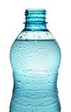 Flasche mit dem Wasserspritzen lokalisiert stockfotos